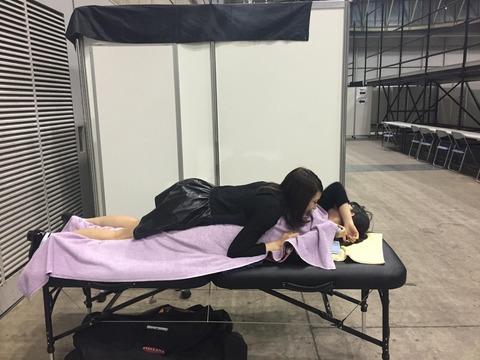【AKB48】ケツ丸出しで佐々木優佳里のオッパイに顔を埋める平田梨奈www