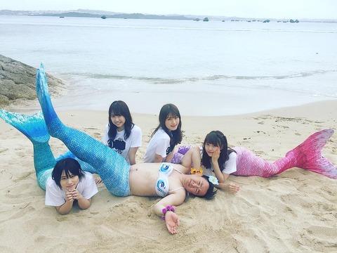 【悲報】NMB48のメンバーが沖縄のビーチで裸の芸人と乱痴気騒ぎwww