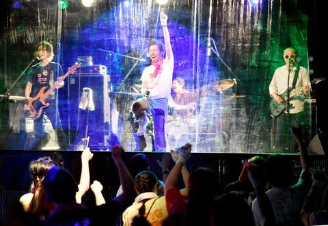 【コロナ対策】舞台客間にビニールを垂らしたコロナ対応ライブ風景がシュール