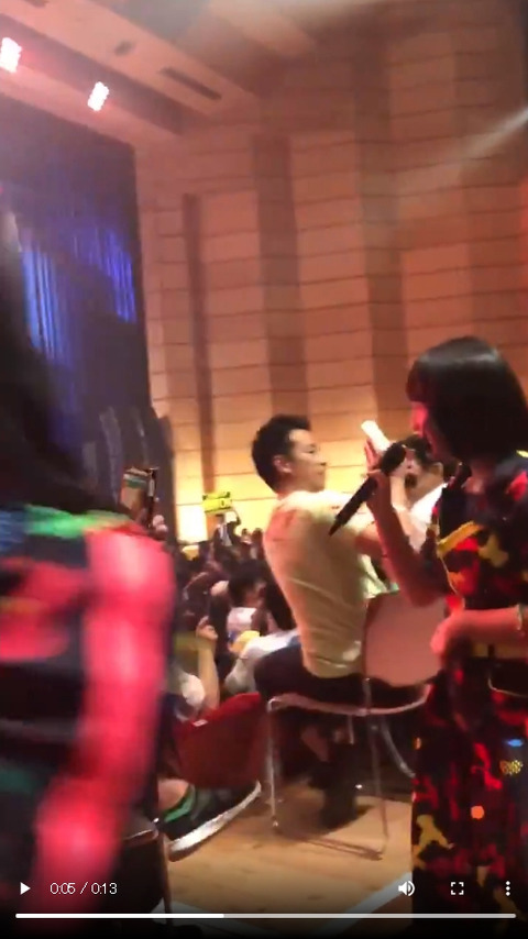 【動画】AKB48矢作萌夏さん、不自然にお腹を腕で隠して会場を練り歩く新技を披露wwwwww