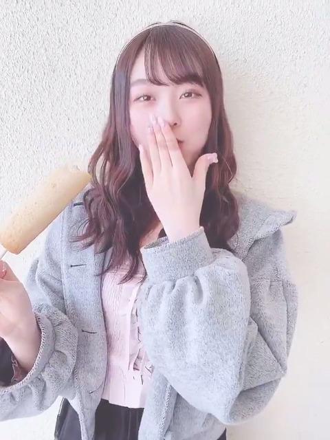 【悲報】AKB48達家真姫宝さん、空間歪曲しすぎて手の裏に唇が来てしまうwww