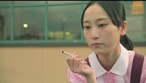 【画像】朝ドラ「エール」で日本の為に獅子奮迅している松井玲奈さんの喫煙姿が晒されるwww
