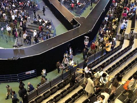 【悲報】AKB48メンバー転落事故の通路幅、3mの報道から1.8mに狭まるwww