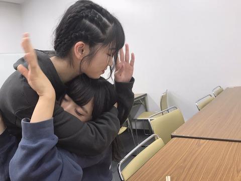 【悲報】小栗有以さん、横山由依総監督にシメられるwww