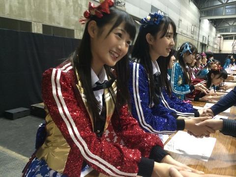 【HKT48】4期生が握手してる所を後ろから・・・ね?