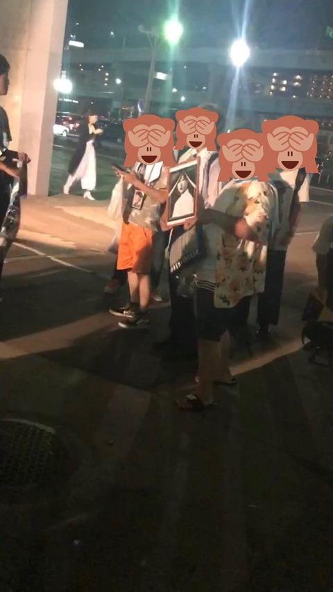 【悲報】自称タワレコ店員のひらがなけやきヲタ、福岡ライブで志田愛佳の遺影を作り記念撮影し大炎上・・・