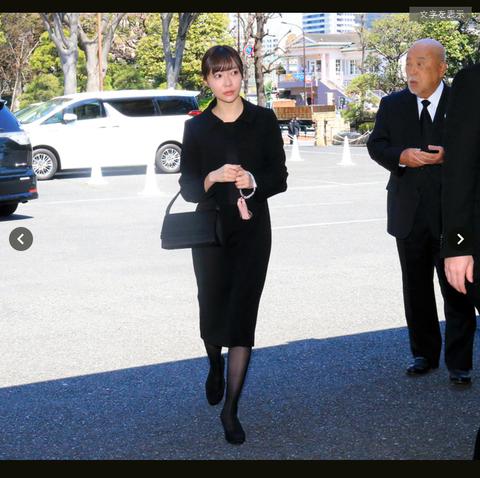 【画像】ロックンロール葬に参列する秋元康と指原莉乃が激写される