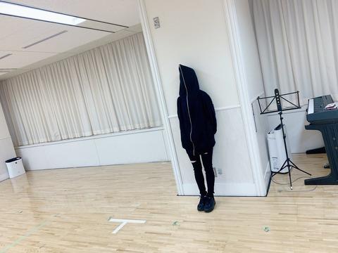 【画像】AKB48のレッスン場にこわいひとがいる【武藤十夢】