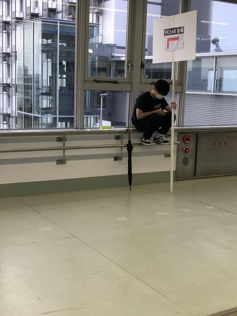 【悲報】SKE48の誘導バイトくん手すりに乗ってスマホ遊びwww