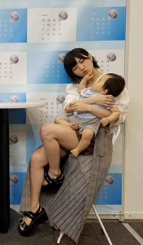 【悲報】AKB48岡田奈々さん、写メ会で禁止されたアゴ乗せポーズや、超密着撮影をしてしまう
