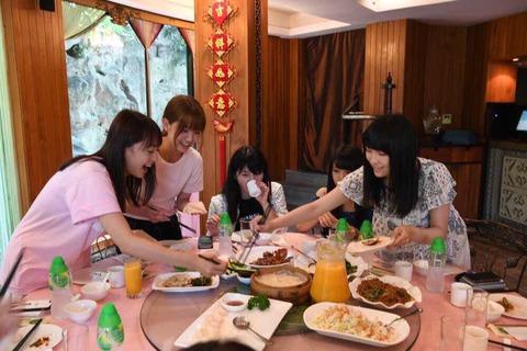 【AKB48】上海で北京ダックに群がるメンバーが微笑ましいw
