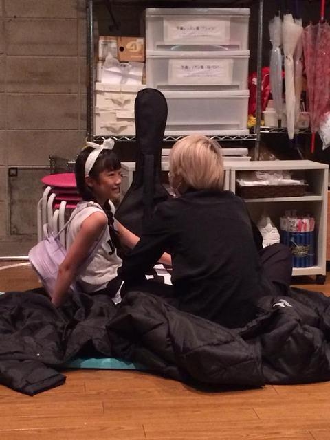 【悲報】NMB48の小学生メンバー、チャラ男とイチャついてる所を激写される【西仲七海】