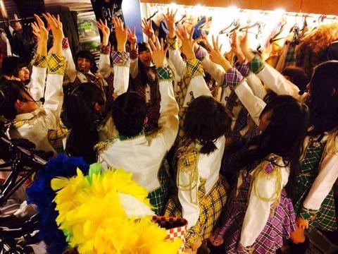 【朗報】AKB48チーム4メンバー、公演前にやたらと黄色を強調するwww