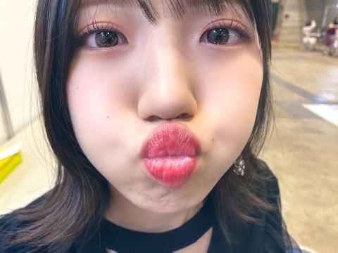 【悲報】AKB48村山彩希さん、アレがはみ出る