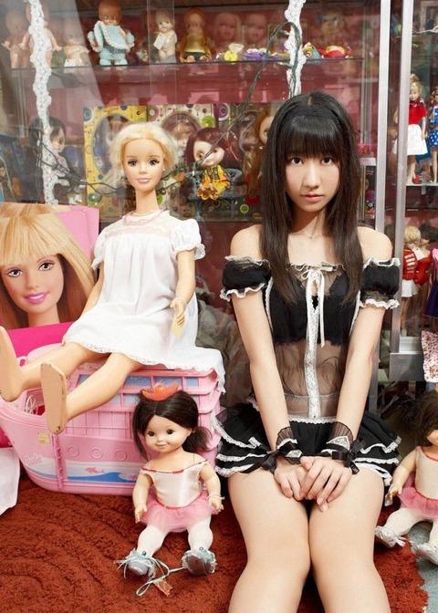 【AKB48】柏木由紀「これ10年前くらいのヤングジャンプのグラビアなんだけど人形多すぎるしテーマなんだったんだろう。しかも沖縄!笑」