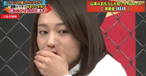 【悲報】SKE48選抜メンバーが極楽とんぼ山本のお漏らしを拭くガチの汚れ仕事・・・