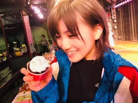 【悲報】AKB48岡田奈々さん、ケータリングのチョコミントカップケーキを誰よりも先に取ってしまう・・・