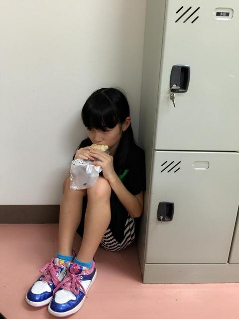 【画像】今村麻莉愛ちゃんが宮脇咲良の伝説の画像を再現wwwwww【メロンパン】