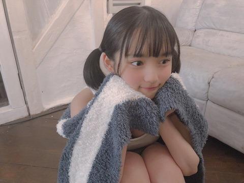 【AKB48】矢作萌夏ちゃんのお●ぱいが豪快にはみ出してしまう