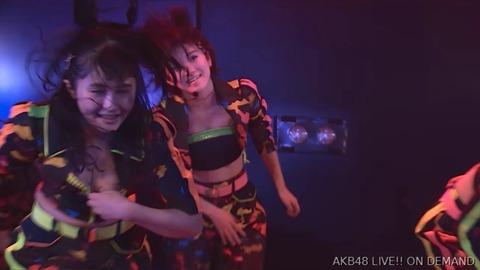 【AKB48】公演中に佐藤妃星ちゃんのチャックが下がって谷間が丸見えに!!!【GIF】