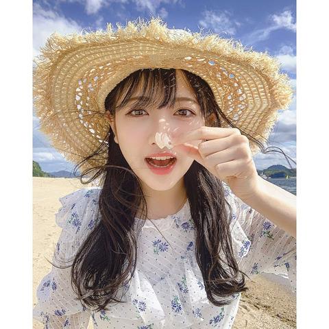 【画像】白ワンピ+麦わら帽子の美少女が浜辺で遊んでる【STU48・石田千穂】
