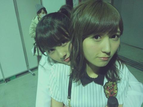 【AKB48】発情したなーにゃ、涼花の首筋を攻める【大和田南那・大島涼花】