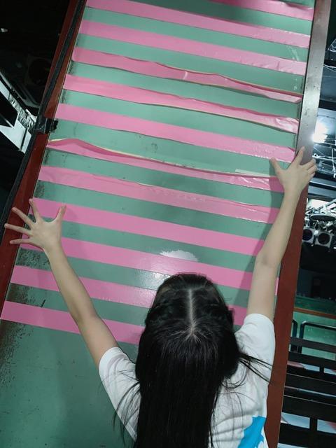 【悲報】AKB48劇場の例のテープがボロボロ過ぎる