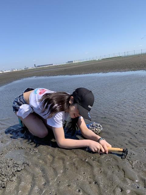 【動画】チーム8吉川七瀬ちゃん、セクシー潮干狩りで取ってきた貝を食す