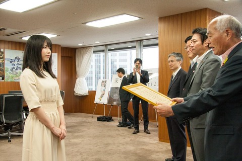 【朗報】AKB48G「誰かのためにプロジェクト」、復興庁から感謝状を授与される