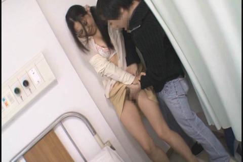 娘と夫の見舞いに向かう敏感ママ_058