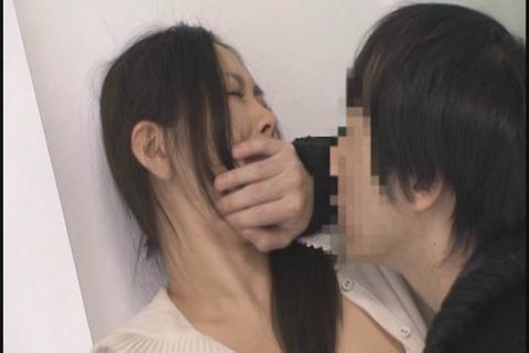 娘と夫の見舞いに向かう敏感ママ_059