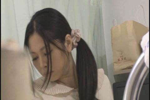 娘と夫の見舞いに向かう敏感ママ_030