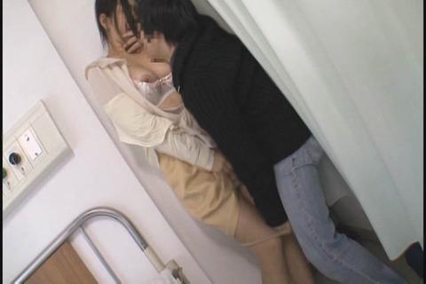 娘と夫の見舞いに向かう敏感ママ_051