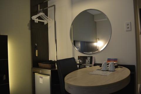 デスクと鏡と諸々