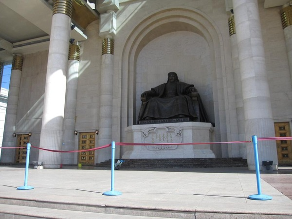 チンギスハーン像(国会議事堂前)