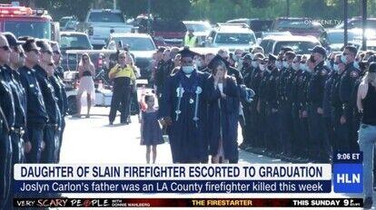 銃で撃たれて死亡した消防士の娘の卒業式に出席した数百人の消防士たち