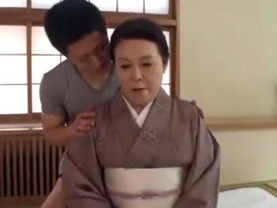 人妻無料動画 - 和服の似合う還暦過ぎた高齢者のobasanのおまんこに若い肉棒を突っ込むアダルト女性器痛い外側吹き出物画像