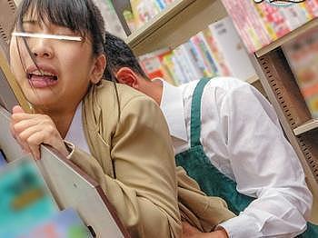本屋でイヤホンをつけて五感の鈍っている女子●生に急接近!女子●生の全身をいじり倒してそのまま挿入!