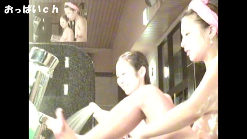 銭湯で仲良く身体を洗うスレンダー美乳の素人美女達。身体を擦るたびに揺れる美乳おっぱいがエロいw
