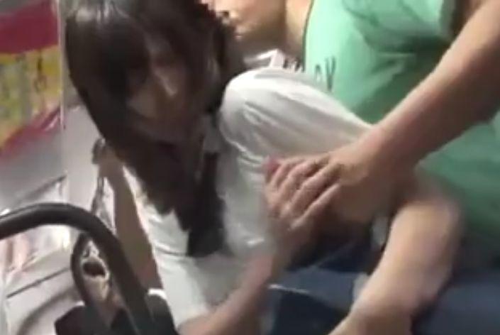 バスで痴漢され潮吹きのあとバックで犯された女子校生