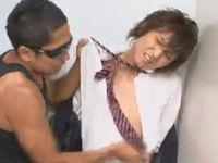 無料ゲイ動画 - トイレでゲイに襲われてしまう悲惨な男子学生。