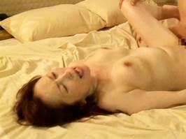 人妻無料動画 - 黒木小夜子(ヘンリー塚本)亭主の連れと浮気交尾を楽しむ尻軽