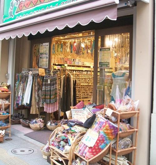 あれれこんなお店あったっけ? 「ファンシーボックス(吉田商事)」さんのお隣だからずっと前からあったなら気づかないはずないんだけど\u2026