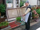 邪宗門店主さんが持つ北沢湯のガラス看板