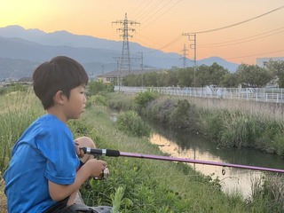 近所の川へ