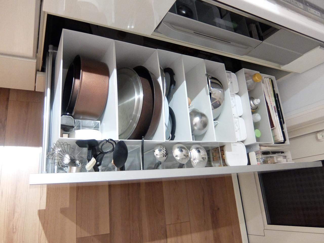 引出しの手前に、小物収納の引出し3段を抜いたものを二つ並べて、 □ お玉□ トング□ へら□ 菜箸といった、キッチンツールを収納しています。