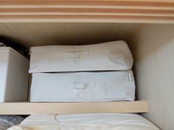 すぐ上の天袋には、冬(長袖)と夏(半袖)に分けて、 それぞれ 無印良品のソフトボックスに収納しています。
