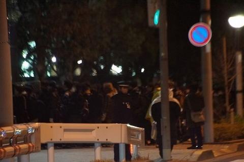 冬コミ徹夜組が数千人単位でビッグサイト前に集結 / 禁止されているのに警備が誘導 約1時間前