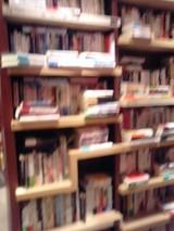 横置きの流れある書棚