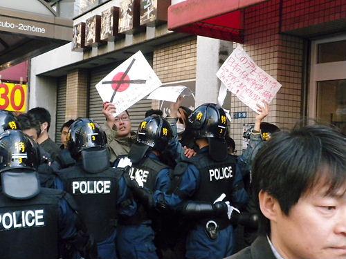 在日韓国・朝鮮人の排斥を主張するデモの参加者に暴行したとして、警視庁公... 【社会】デモ参加者